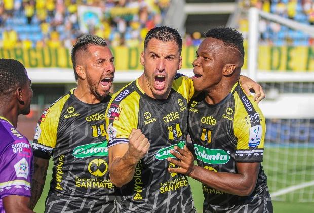 Pablo Bueno celebra con sus compañeros el gol ante Bucaramanga / Foto VizzorImage