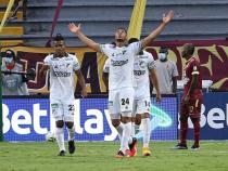 Carlos Robles, con ley del 'ex', marcó en el empate entre Tolima y Cali. / Foto: VizzorImage